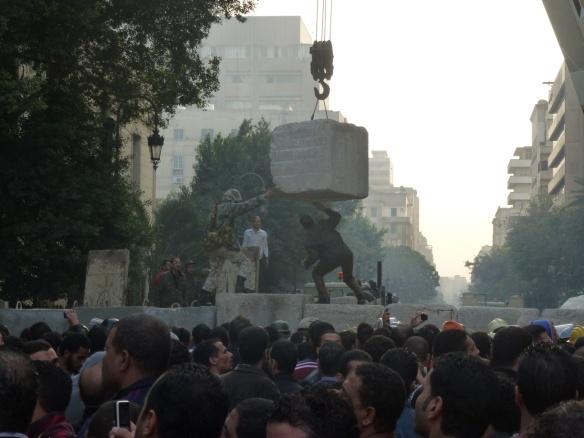 Soldaten errichten eine Mauer in der Qasr Al Aini Strasse nahe dem Tahrirplatz; Foto: M. Sailer